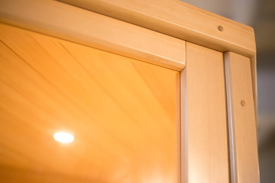 Инфракрасная сауна. Вид внутрь снаружи через фасадное стекло