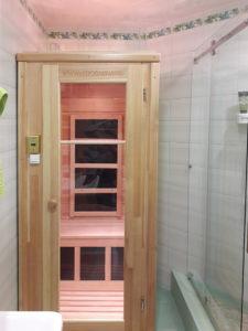 кедровая инфракрасная сауна в ванной комнате